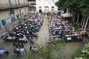 Pubblico nel cortile Museo Garda_ph. Luisa Romussi